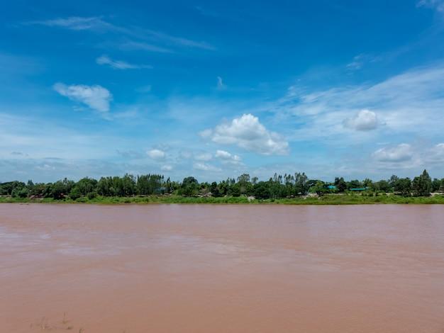 Ansicht des red rivers nach regen in thailand