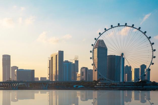 Ansicht des riesigen riesenrads und des singapur-stadtgebäudes