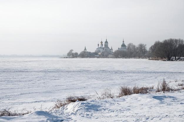 Ansicht des russisch-orthodoxen klosters in einer verschneiten landschaft
