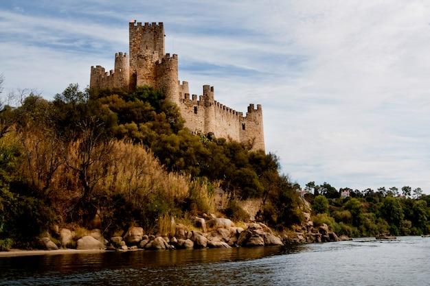 Ansicht des schönen almourol-schlosses gelegen auf einer kleinen insel auf der mitte des tejo, portugal.
