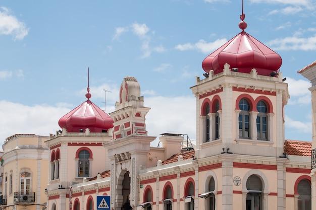 Ansicht des schönen marktes der loule-stadt, portugal.