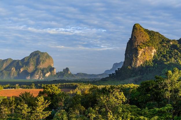 Ansicht des schönen runrise und des morgenlichts bei din daeng doi, krabi, thailand