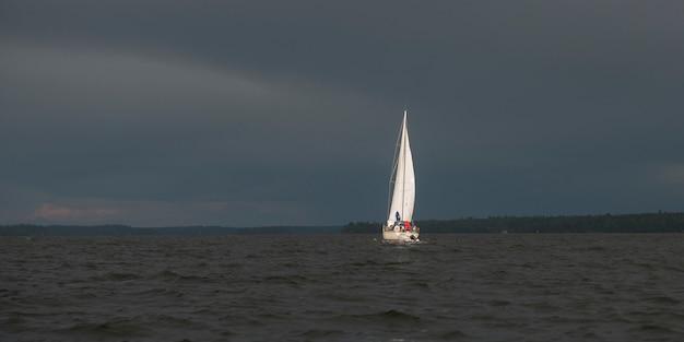 Ansicht des segelboots auf dem see, see des holzes, ontario, kanada