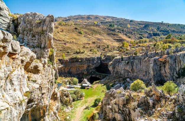 Ansicht des sinklochs der baatara-schlucht in tannourine, libanon