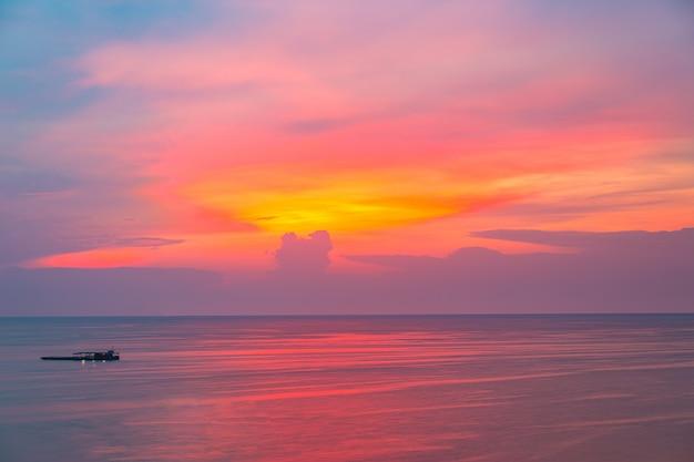 Ansicht des sonnenuntergangs in den ozean mit dämmerungshimmel