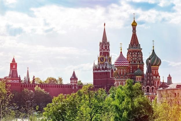 Ansicht des spasskaya-turms, des moskauer kremls und der basilius-kathedrale in moskau, russland. architektur und sehenswürdigkeiten von moskau. moskauer postkarte