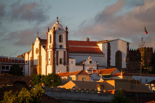 Ansicht des spitzenhügels mit der silves-hauptdorfkirche, gelegen in portugal.