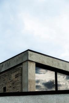 Ansicht des steingebäudes mit großen fenstern