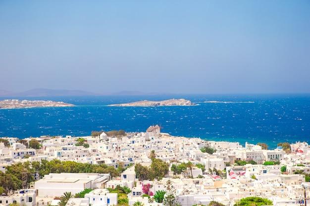 Ansicht des traditionellen griechischen dorfes mit weißen häusern auf der insel mykonos, griechenland,