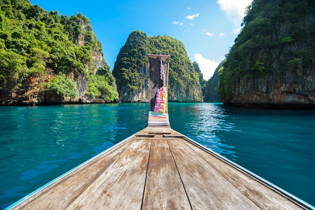 Ansicht des traditionellen thailändischen langschwanzboots über klarem meer und himmel am sonnigen tag, phi phi islands, thailand
