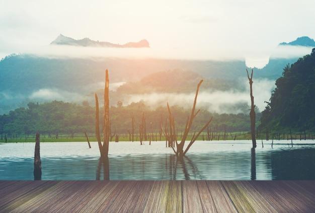 Ansicht des tropischen sees und der berge mit plattform, thailand