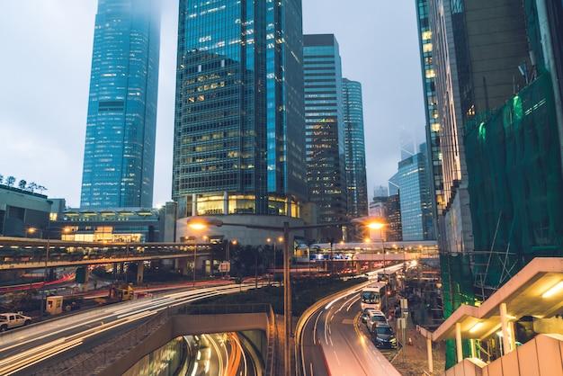 Ansicht des verkehrs mit büro- und geschäftsgebäuden im zentralen bereich in hongkong.