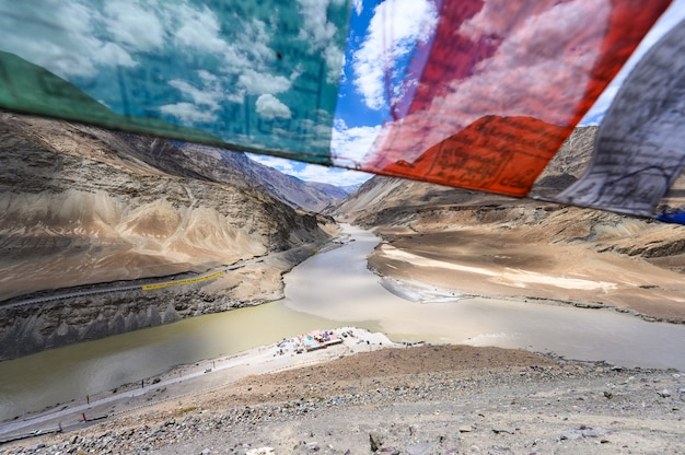 Ansicht des zusammenflusses der flüsse indus und zanskar in leh, ladakh-region, indien