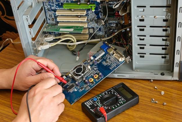 Ansicht einer leiterplatte, die in computerausrüstung repariert wird