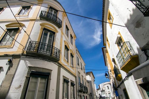 Ansicht einer typischen straße der alentejo-regiondörfer, diese ist von evora-stadt, portugal.