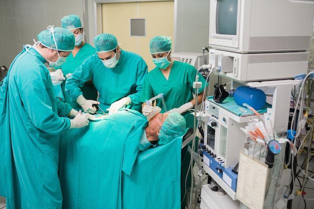 Ansicht eines ärzteteams, das einen patienten betreibt