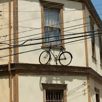 Ansicht eines fahrrades auf der leiste eines hauses, valparaiso, chile