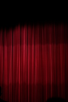 Ansicht eines roten vorhangs eines teatherstadiums.
