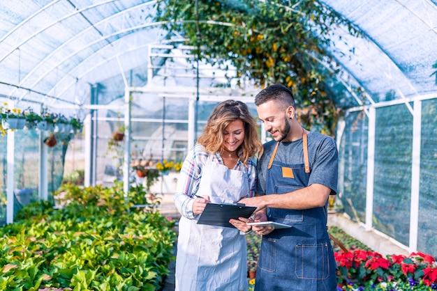 Ansicht eines teams des floristen zusammenarbeitend an der betriebskindertagesstätte