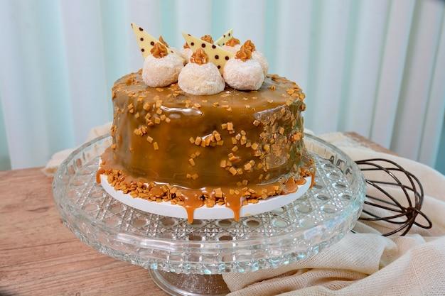 Ansicht köstlichen kuchens dulce de leche with chocolate truffle auf belag, süßspeise