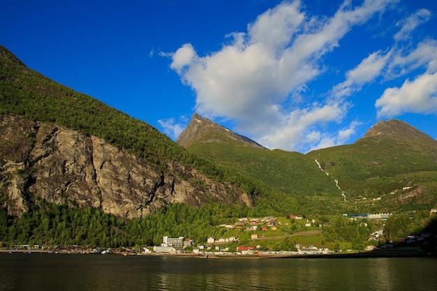 Ansicht über die gebirgsstraße und das dorf in geiranger, norwegen