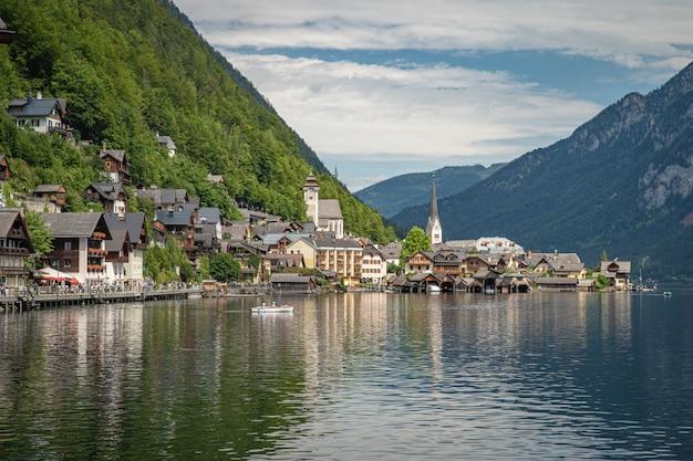 Ansicht über see in der österreichischen stadt hallstatt während der touristischen jahreszeit im sommer