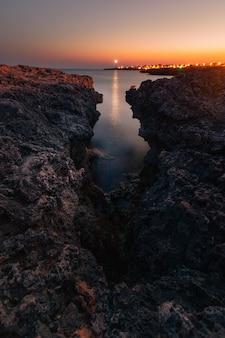 Ansicht vom berühmten pont d'en gil an der westküste von menorca