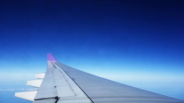 Ansicht vom fenster eines flugzeugfliegens