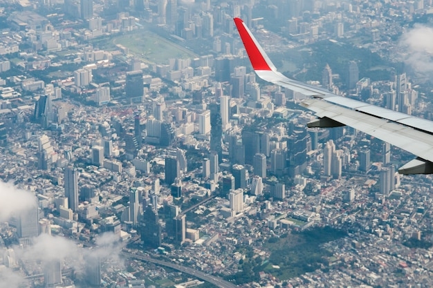 Ansicht vom flugzeugstadtbild bangkok skyline, thailand. bangkok ist eine metropole und beliebt bei touristen, die zwischen modernen wolkenkratzern leben