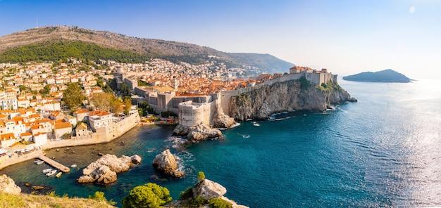 Ansicht vom fort lovrijenac zu alter stadt dubrovniks in kroatien am sonnenunterganglicht