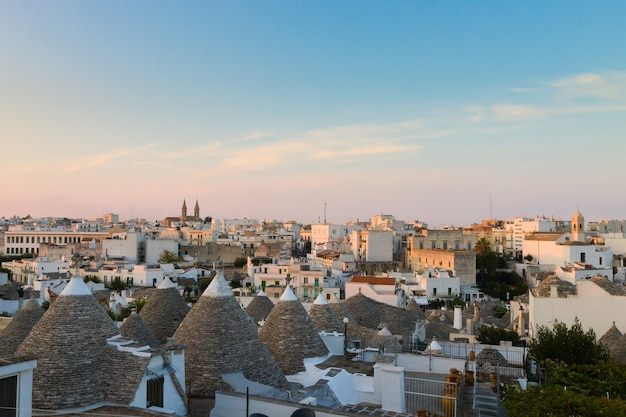 Ansicht von alberobello mit trulli-dächern und terrassen, region apulien, süditalien.
