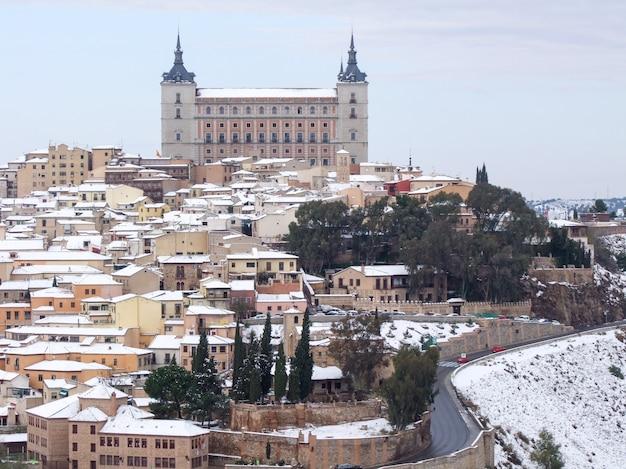 Ansicht von alcazar de toledo spain schneebedeckt