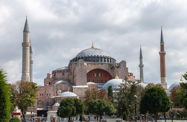 Ansicht von aya (hagia) sophia in bewölktem wethaer vom sultanahmet park in istanbul, türkei