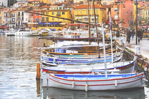 Ansicht von bunten gebäuden und von booten im kleinen dorf bei port-cassis, frankreich