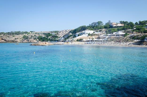Ansicht von cala tarida mit felsen im türkismeerwasser, ibiza-insel, spanien