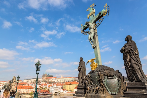 Ansicht von charles bridge-statuen und von kruzifix, prag-schloss in prag, tschechische republik.
