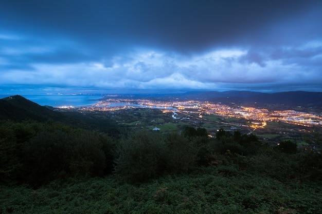 Ansicht von der txingudi-bucht mit der mündung des bidasoa-flusses zwischen irun, hondarribia und hendaia im baskenland.