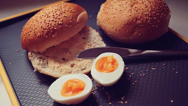 Ansicht von frischen brötchen mit gekochten eiern