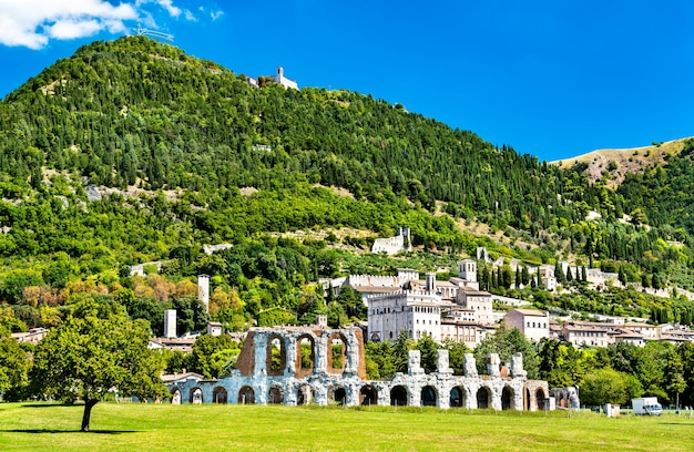 Ansicht von gubbio mit römischem theater in umbrien, italien