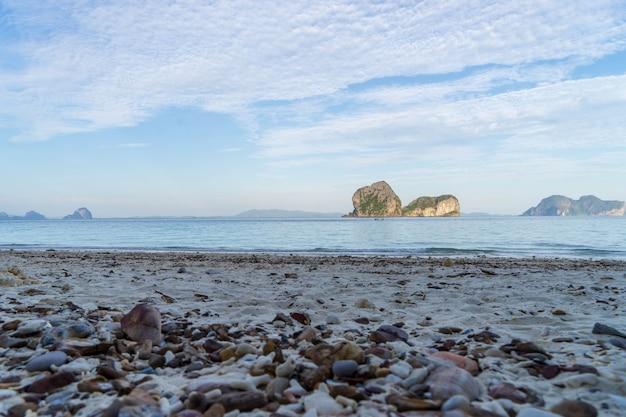 Ansicht von ko ngai-insel, trang-provinz, südthailand mit schönem meerwasser