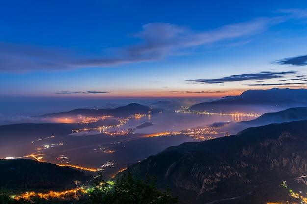 Ansicht von kotor-bucht von einer hohen bergspitze bei sonnenuntergang.