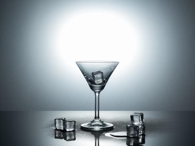 Ansicht von martini-glas auf nachlässigem reflexionsboden