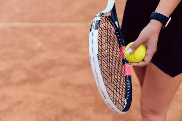 Ansicht von oben auf frau bereitet vor sich, während des spiels auf dem tennisplatz zu dienen.