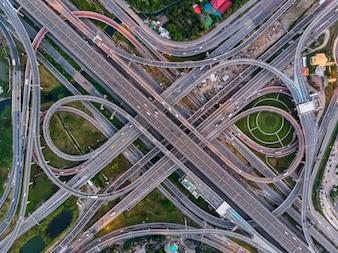 Ansicht von oben des hohen Winkels der Kompliziertstraßen- und Schnellstraßenkreuzung in Bangkok.