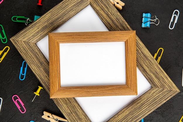 Ansicht von oben eleganter bilderrahmen auf dunkler oberfläche geschenk geschenk liebe foto portrait farben familie
