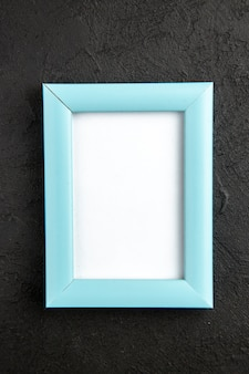 Ansicht von oben eleganter bilderrahmen blau auf dunkelgrauem hintergrund fotogeschenk farbe liebesfamilie