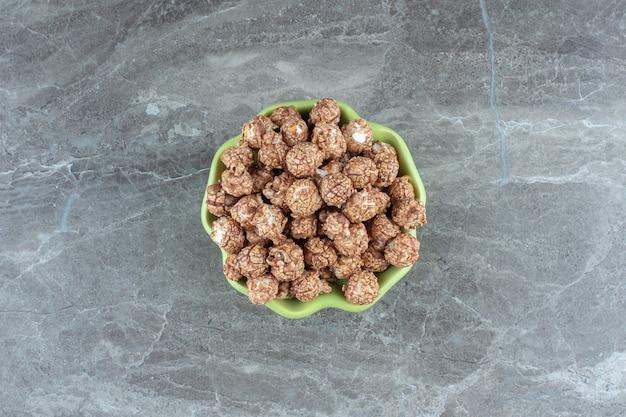 Ansicht von oben. frische hausgemachte bonbons in grüner schüssel.