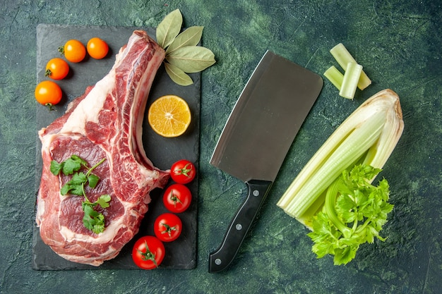 Ansicht von oben frisches fleisch scheibe mit tomaten auf dunkelblauem hintergrund essen fleisch tier metzger huhn farbe kuh