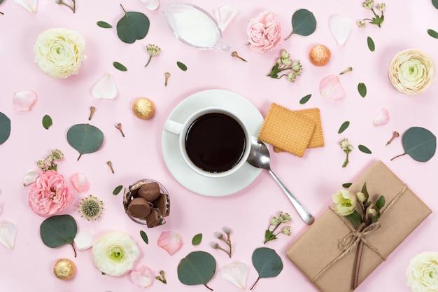 Ansicht von oben genanntem des tasse kaffees im rahmen mit schönen blumen