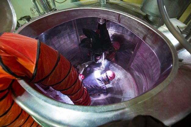 Ansicht von oben männlich in den tank edelstahl-chemikalienbereich beengter raum sicherheitsgebläse frischluft